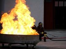 Sapeurs-pompiers courageux pendant l'exercice pour l'extinguishin du feu photographie stock