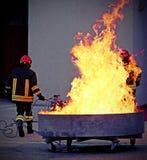 Sapeurs-pompiers courageux pendant l'exercice pour l'extinguishin du feu image stock