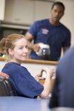 Sapeurs-pompiers détendant dans la cuisine de personnel image stock