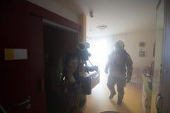 Sapeurs-pompiers dans l'action Image stock