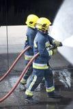 Sapeurs-pompiers dans l'action Images stock