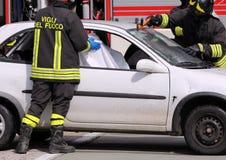 Sapeurs-pompiers dans l'action après l'accident Images libres de droits