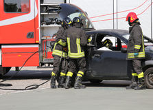 Sapeurs-pompiers dans l'action pendant l'accident de la route Photos libres de droits