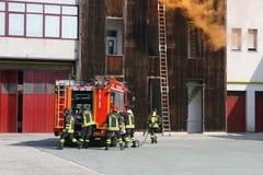 Sapeurs-pompiers dans l'action pendant un exercice dans la bouche d'incendie image libre de droits