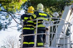 Sapeurs-pompiers dans l'interférence photographie stock