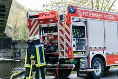 Sapeurs-pompiers dans l'uniforme pendant la formation photographie stock libre de droits