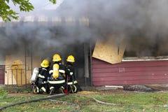 Sapeurs-pompiers dans la formation Photographie stock libre de droits