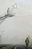 Sapeurs-pompiers dans la fumée Photographie stock