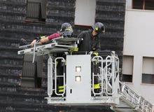 Sapeurs-pompiers dans le panier de camion de pompiers pendant la pratique du tra images stock
