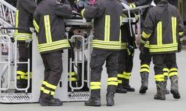 Sapeurs-pompiers dans le panier de camion de pompiers pendant la pratique du tra photos libres de droits