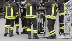 Sapeurs-pompiers dans le panier de camion de pompiers pendant la pratique du tra image libre de droits