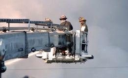 Sapeurs-pompiers dans un combat aérien de camion de pompiers de plate-forme un feu de 3 alarmes photos stock