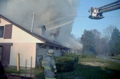 Sapeurs-pompiers dans un combat aérien de camion de pompiers de plate-forme un feu de 3 alarmes image libre de droits
