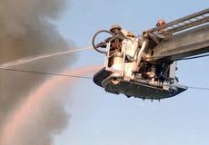 Sapeurs-pompiers dans un combat aérien de camion de pompiers de plate-forme un feu de 3 alarmes photo stock