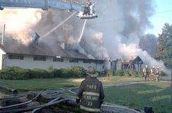Sapeurs-pompiers dans un combat aérien de camion de pompiers de plate-forme un feu de 3 alarmes image stock