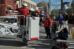 Sapeurs-pompiers de démonstration de délivrance photographie stock