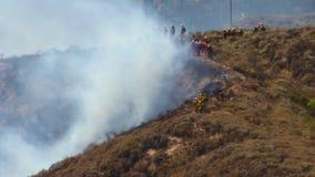 SAPEURS-POMPIERS du feu de forêt 1n banque de vidéos