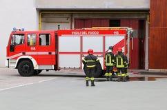 sapeurs-pompiers et équipement de transport de véhicule pour le feu de combat image libre de droits