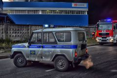 Sapeurs-pompiers et voitures de police sur extincteur dans la zone industrielle images libres de droits