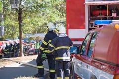 Sapeurs-pompiers intervenant dans une catastrophe images libres de droits