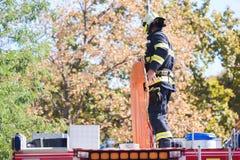 Sapeurs-pompiers intervenant dans une catastrophe images stock