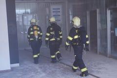 Sapeurs-pompiers intervenant dans une catastrophe photo stock