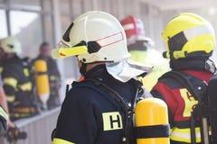 Sapeurs-pompiers intervenant dans une catastrophe photos stock