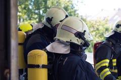 Sapeurs-pompiers intervenant dans une catastrophe image stock
