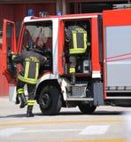 Sapeurs-pompiers italiens de secours avec des uniformes avec le meani de mot images stock