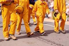 Sapeurs-pompiers marchant dans un défilé de rue photographie stock