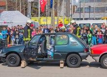 Sapeurs-pompiers néerlandais et services médicaux dans l'action Photographie stock libre de droits