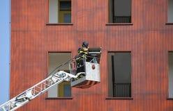 Sapeurs-pompiers pendant l'exercice dans la bouche d'incendie et le bâtiment photos libres de droits