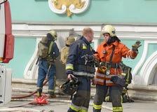sapeurs-pompiers pour s'éteindre le feu photographie stock