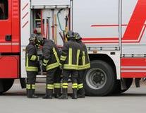 Sapeurs-pompiers près du camion de pompiers images stock