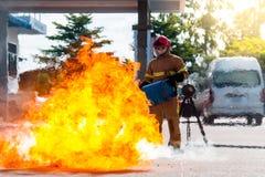 Sapeurs-pompiers s'exerçant dans l'action Photos stock