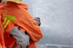 Sapeurs-pompiers s'exerçant, exercice d'entraînement de catastrophe dépeignant le gaz photo libre de droits