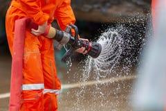 Sapeurs-pompiers s'exerçant, exercice d'entraînement de catastrophe dépeignant le gaz image stock