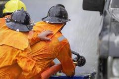 Sapeurs-pompiers s'exerçant, exercice d'entraînement de catastrophe dépeignant le gaz photos stock