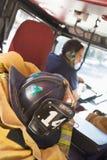 Sapeurs-pompiers se déplaçant à une urgence photos libres de droits