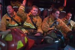 Sapeurs-pompiers se déplaçant à une urgence Photo libre de droits
