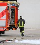 Sapeurs-pompiers se précipitant et pompe à incendie image stock