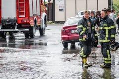 Sapeurs-pompiers se préparant à un travail photos stock