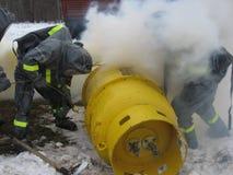Sapeurs-pompiers sur des doctrines images stock