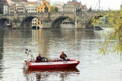Sapeurs-pompiers sur la rivière de Vltava image libre de droits