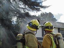 Sapeurs-pompiers sur la scène Photos libres de droits