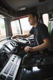 Sapeurs-pompiers sur leur chemin à une scène de secours image stock