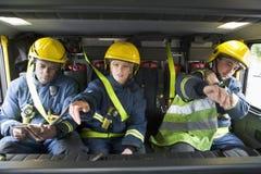 Sapeurs-pompiers sur leur chemin à une scène de secours photo stock