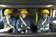 Sapeurs-pompiers sur leur chemin à une scène de secours images libres de droits