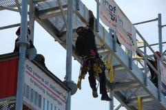 Sapeurs-pompiers sur un bâtiment de formation Images libres de droits