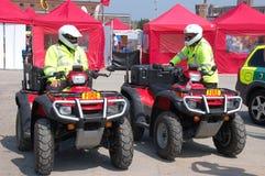 2 sapeurs-pompiers sur 4 véhicules d'une roue Image stock